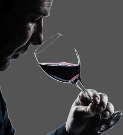 Mann mit Weinglas, Weinprobe